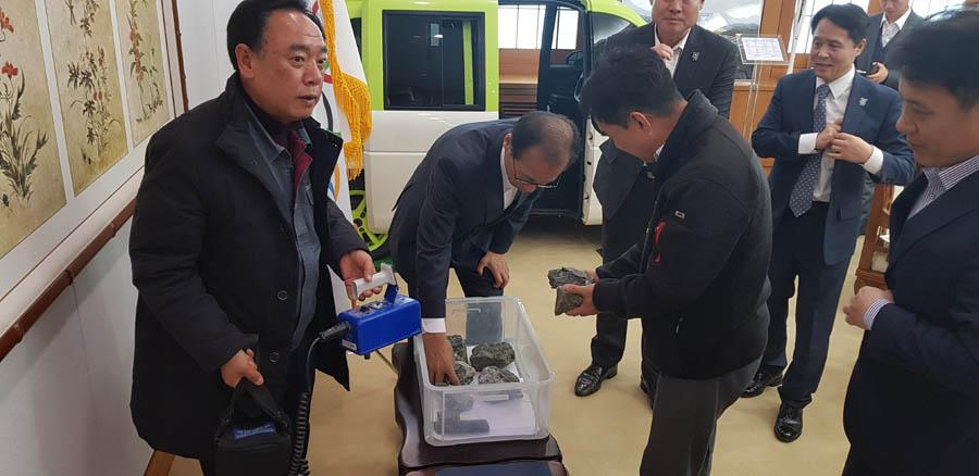 Governor Choi examining Sangdong ore samples