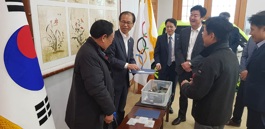 Governor Choi examining WO3 concentrate produced at pilot plant
