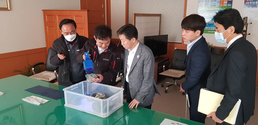 Vice Governor examining Sangdong ore with mineral light